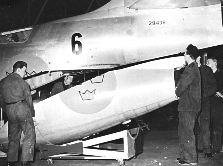 """F6 Karlsborg 1954. F6 första flygplan A29 """"Tunnan. Albumet är en del av en donation från Karl-Axel Hansson, Karlsborg. Förteckning över hela donationen finns i albumet samt som Word-dokument."""