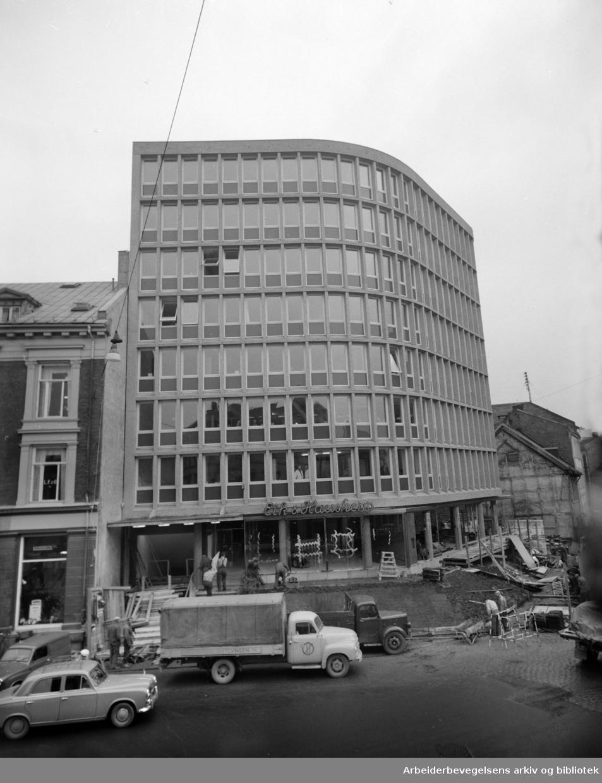 "Nygata. Eik & Hauskens maskinforretning, ""Traktorhuset""..November 1958"