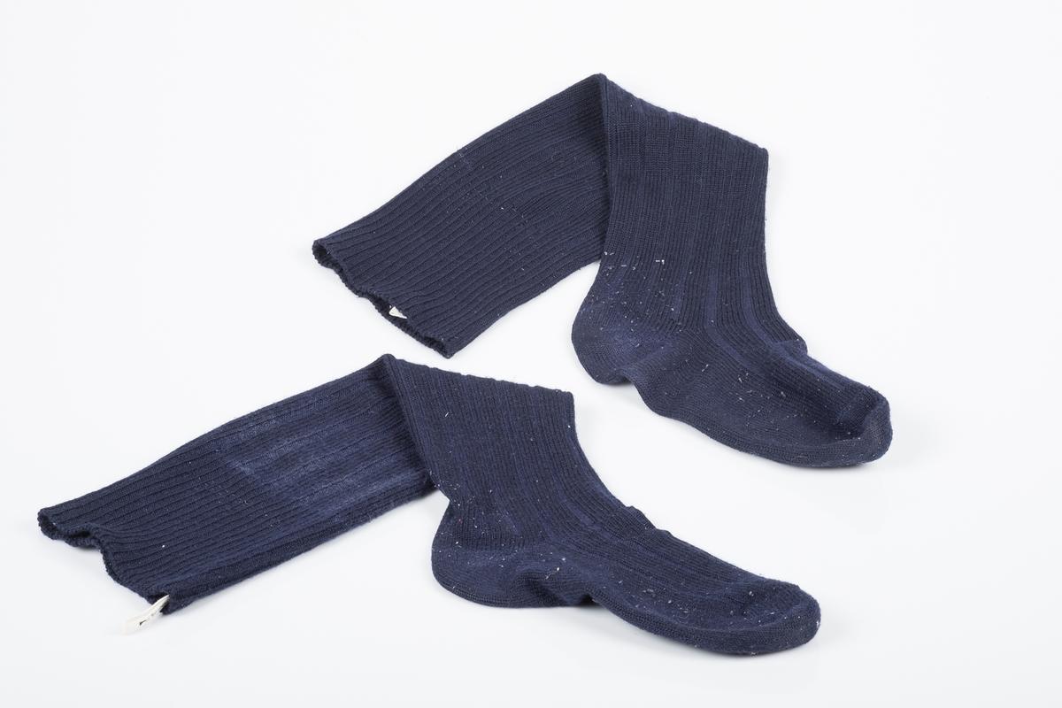 Et par høye, marineblå knestrømper som går litt over kneet, trolig maskinstrikk.