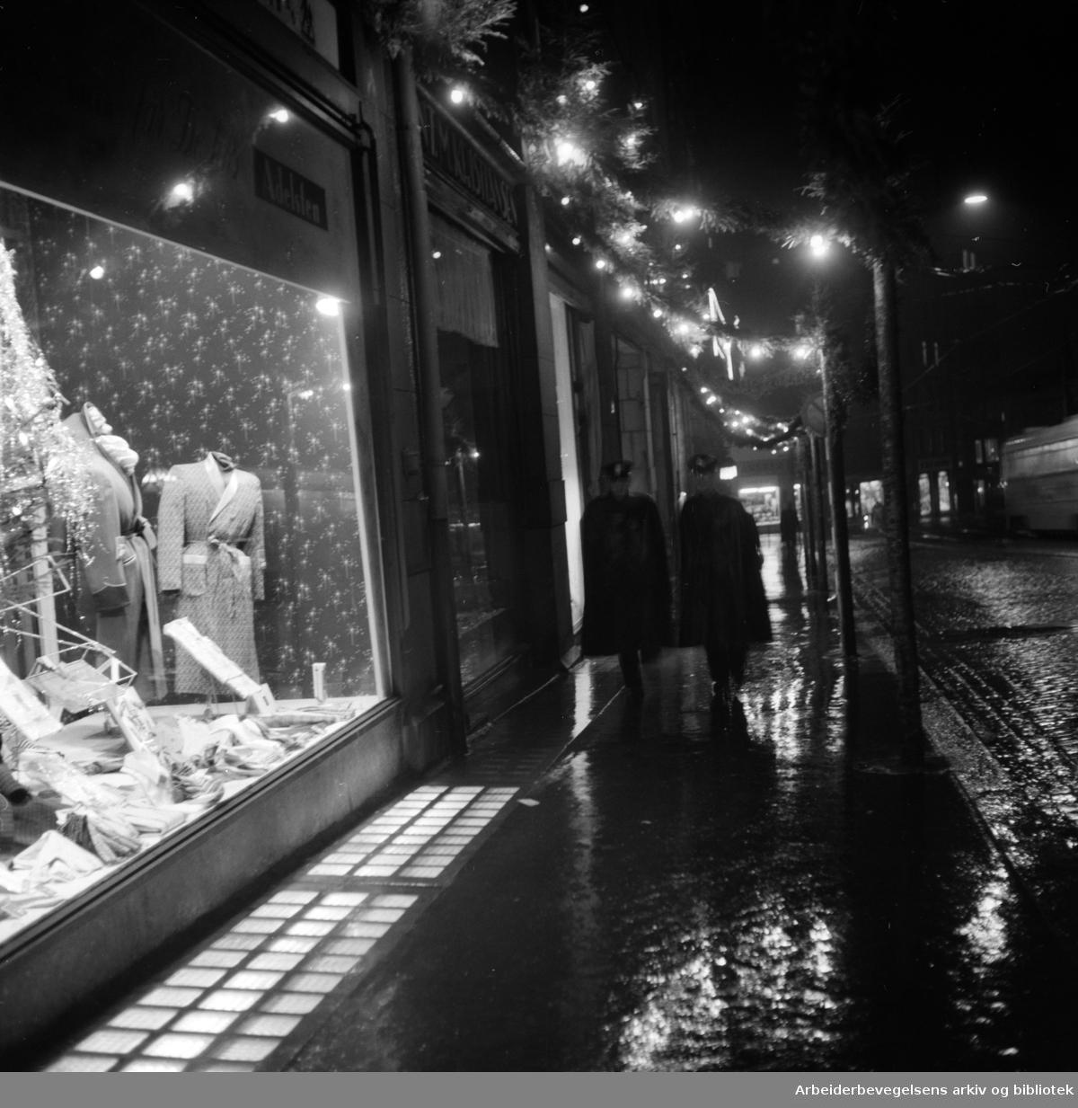 Nattbilder. Våt julegate. Desember 1953