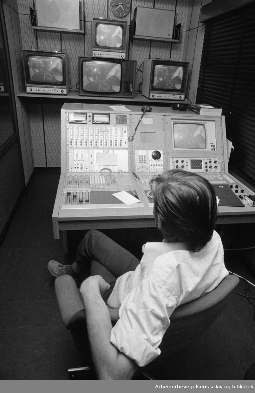 Marienlyst: Fjernsynet. Kontrollbord. Tekniker Einar Hansen. Juni 1974.