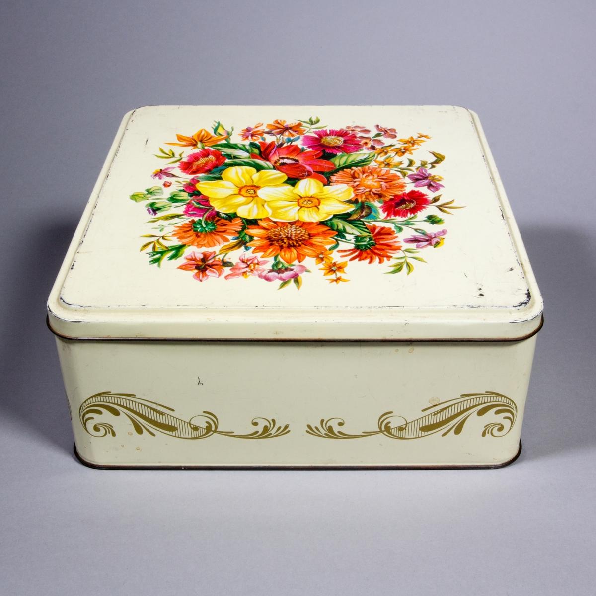 Burk, plåtburk, rektangulär med plant avtagbart trycklock. Gulvit bottenfärg och guldfärgade slingor på sidorna. Locket dekorerat med blommor i olika röda, gula och oranga toner.