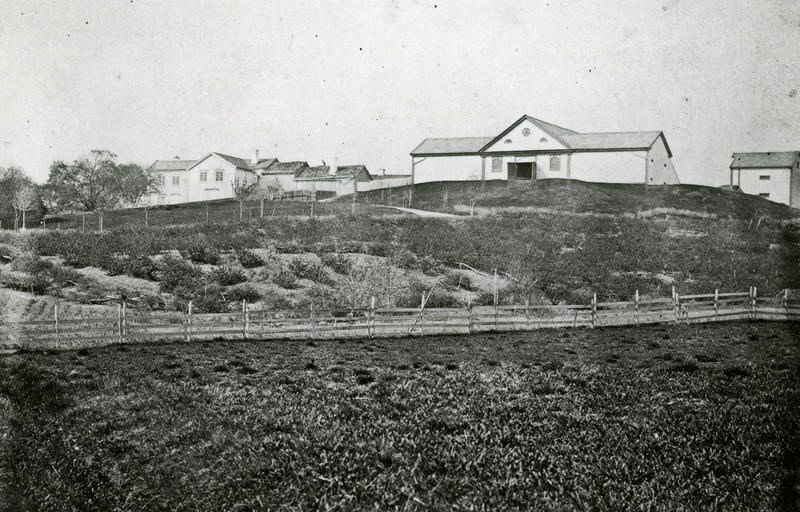 Dette bildet er tatt midt på 1860-tallet, og er det eldste fotografiet som finnes av gården. Fra venstre ser vi et stabbur, Knoffs nyoppførte driftsbygning og hovedbygningen. Foto: Marcus. W. Noodt/NTNU UB