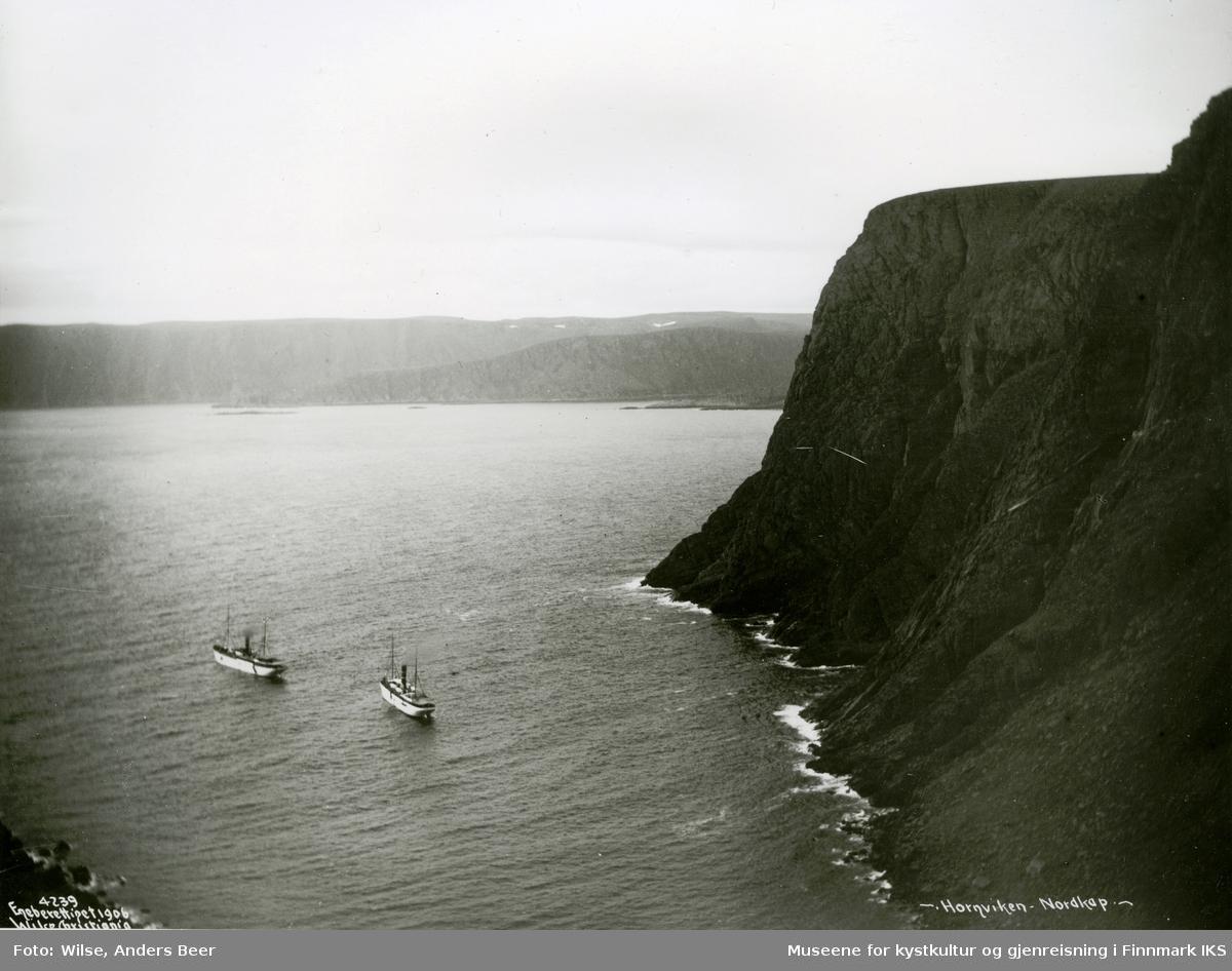 """Passasjerskipene D/S """"Neptun"""" og D/S """"Kong Harald"""" i Hornvika. 15.08.1906 (antatt). (Originalnegativet eies av Norsk Folkemuseum, W 04239)"""