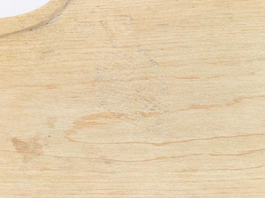 Anmärkningar: L. med handtag; 500. Bladets största Br. 123.Med rakt handtag med bågformat skydd för handen med enkel pyramidformad karvsnittsdekor. Längs bladets övre kant går en förstärkningslist. På bladet har försök till dekor gjorts i form av ett blad. Gåva av godsäg. Lars Persson, Gräna 1927.
