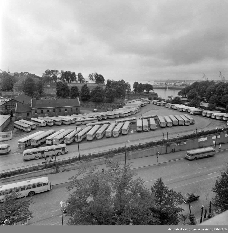 Kontraskjæret, (Skansen) med parkeringsplass for busser..Juli 1964