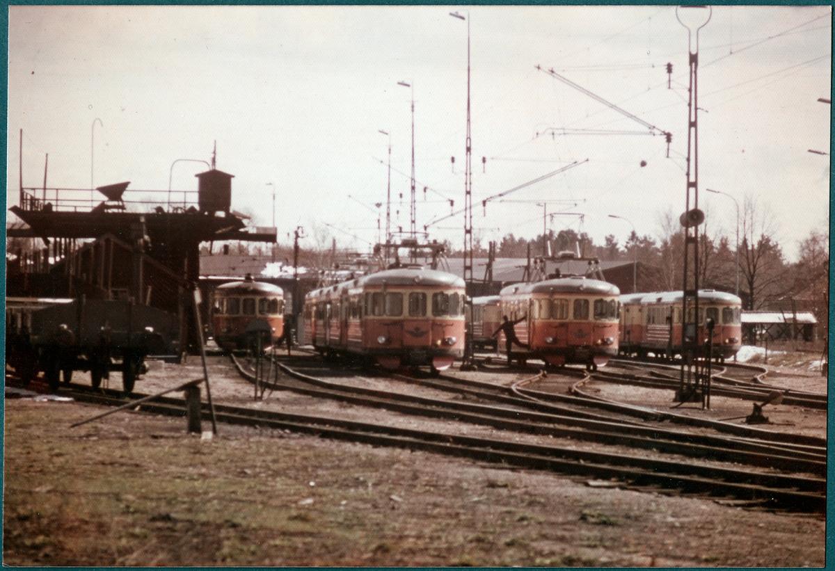 Bangården vid Gävle södra omkring år 1964. Ostkustbanans, OKB, lokstall i bakgrunden.