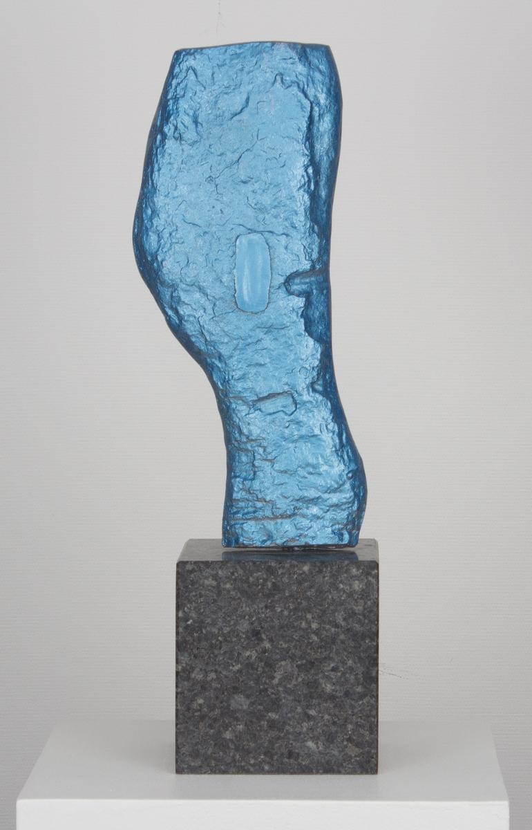 """Blå skulptur på granittsokkel, signatur bak på skulpturen """"G. Torvund"""""""