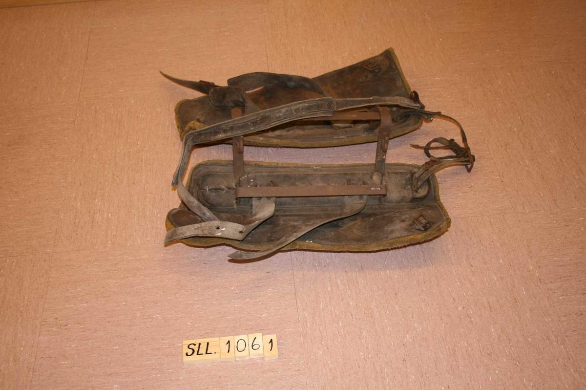 2 breie filtputer bundne saman med jernstativ. Breie reimar og krokar.
