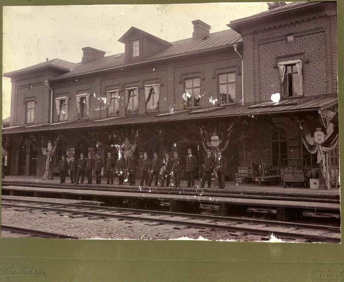 Sollefteå järnvägsstation. Statens Järnvägar, SJ. Stins Von Post med Personal. Post tjänstgjorde under åren 1894-1914. Banan elektrifierades 1939.