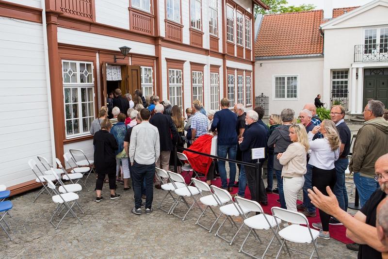 Endelig kan folk komme inn i Hovedbygningen. Foto: Jan Ove Iversen