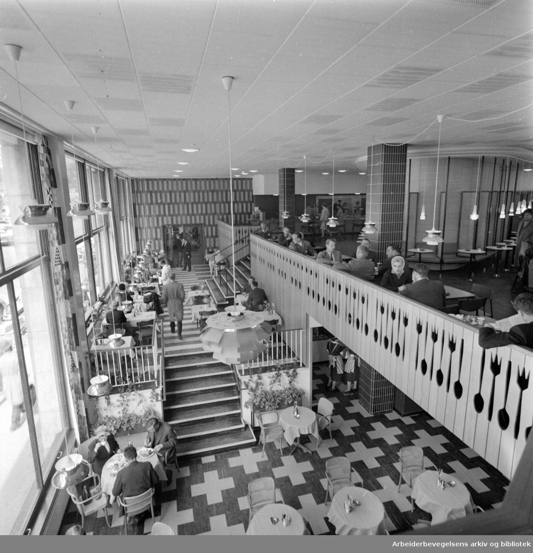 """Hotel Continental: Tivoligrillen. Theaterkafeen """"Tivoligrillen"""". Interiør. Mai 1960"""