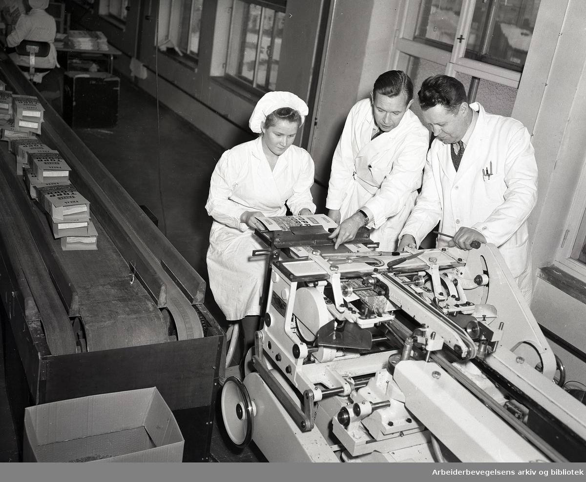 Freia Sjokoladefabrikk. Produksjonsarbeider sammen med ingeniører, mars 1951.