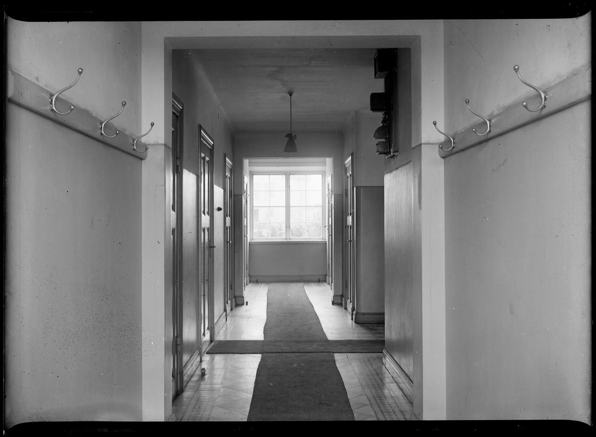 Interiörbild från överliggningshus för järnvägspersonal. Hall.