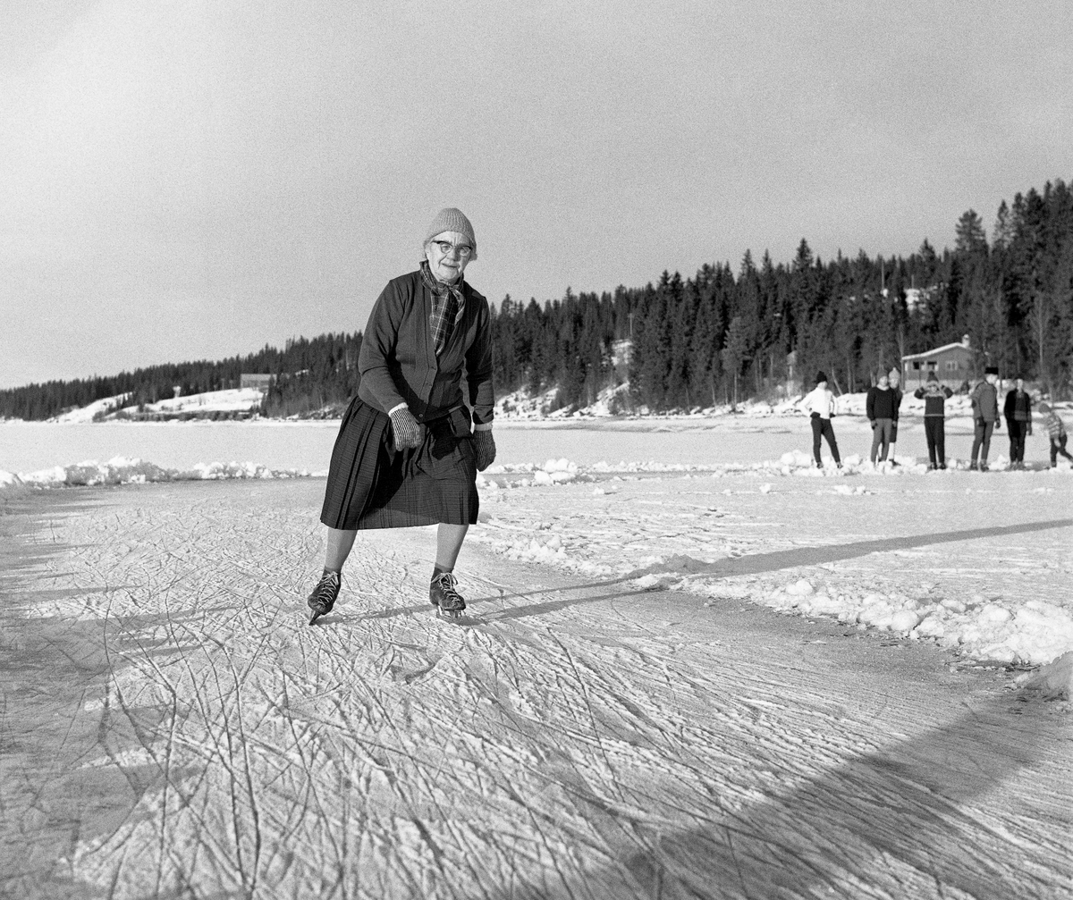 6b4d069e Karoline Nergaard (1884-1980) fra Søre Osen i Trysil kommune, fotografert  under skøytetrening vinteren 1964.
