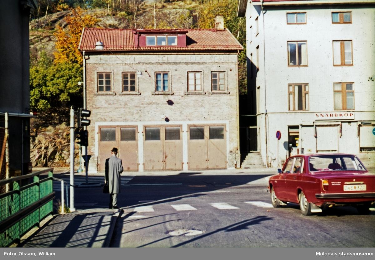 Rakt fram ligger brandstationen (tidigare: Viktualieföreningens affär) påp Gamla Torget 41. Till höger om denna ses Mölndals gamla stadshus (senare Kulturskola och Musikskola) på Gamla Torget 43. Till höger ses en röd Volvo 142 som är på väg från Forsebron ut på Kvarnbygatan. Okänt årtal.