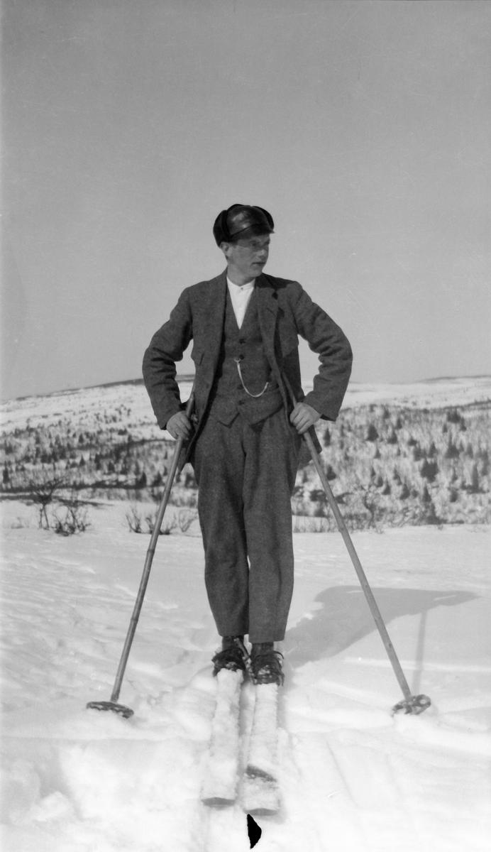 Ung mann på skitur