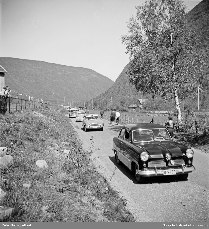 Kortesje av biler kjører oppover Vestfjorddalen i forbindelse med Farah Dibas besøk.