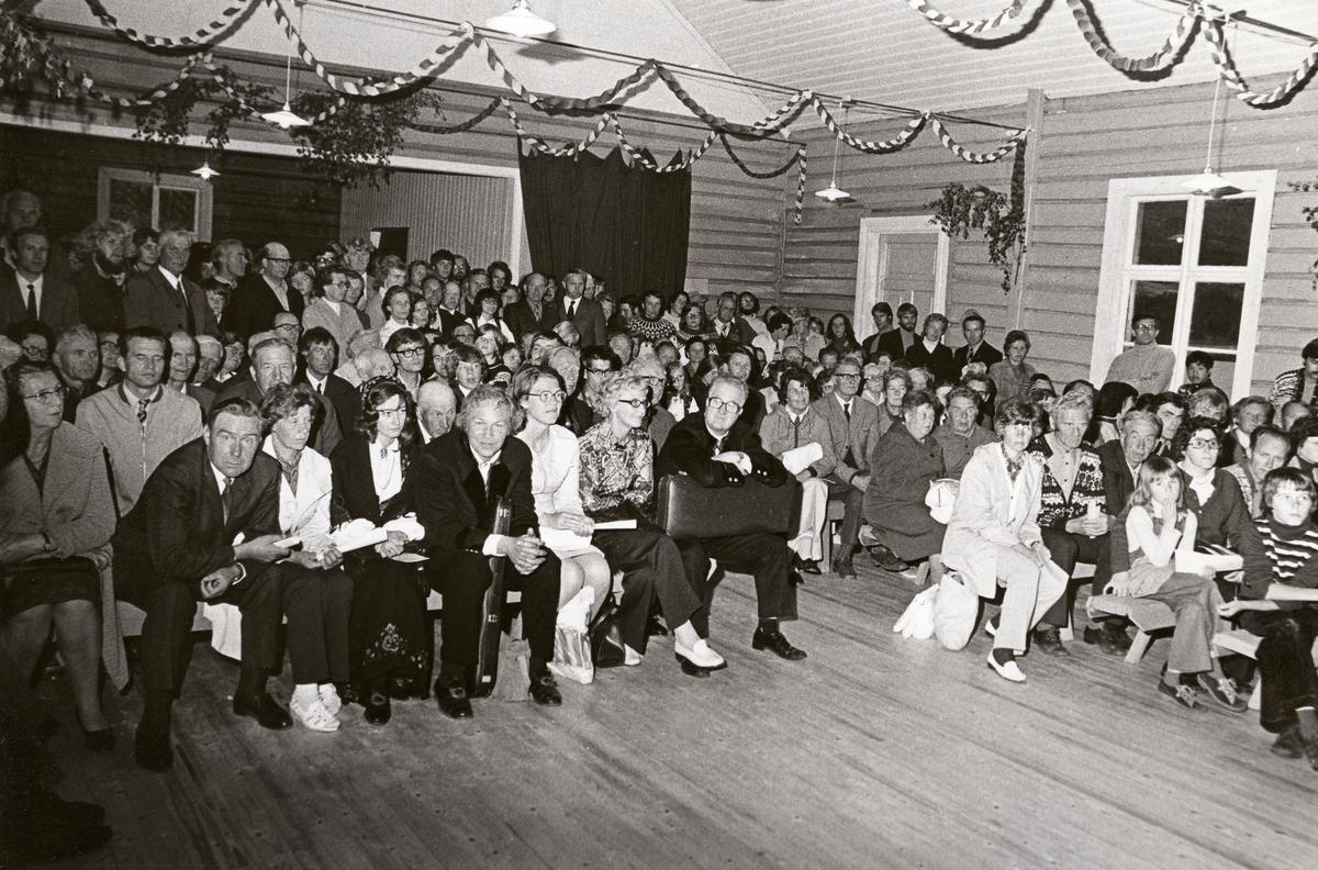 Motiv fra Slidrehuset på Valdres Folkemuseum. Jørn Hilme-stevnet 1974. På første benk fra venstre sitter: Gudbrand lie, Kristina Lie, Berit Steinsrud, Bernt Balchen, Torunn Balchen, Kjellaug Bolstad og Torleiv Bolstad.