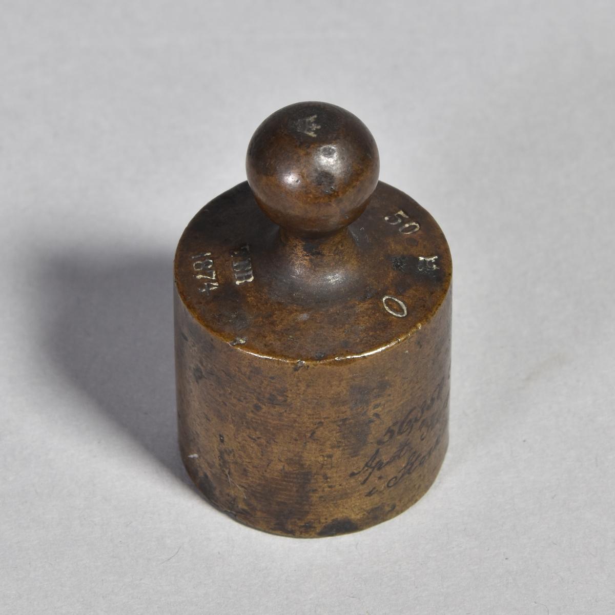 Vikt av koppar, cylindrisk med knopp på ovansidan. Svårlästa justerarstämplar.