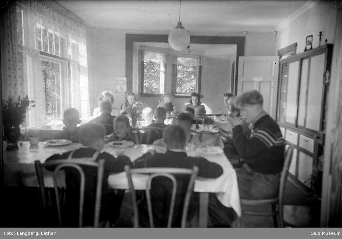 Guldhaug offentlige skole, interiør, spisesal, måltid, barn, voksne