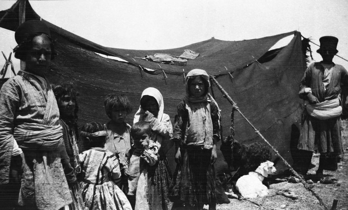 Persien. Barn i ett nomadläger.