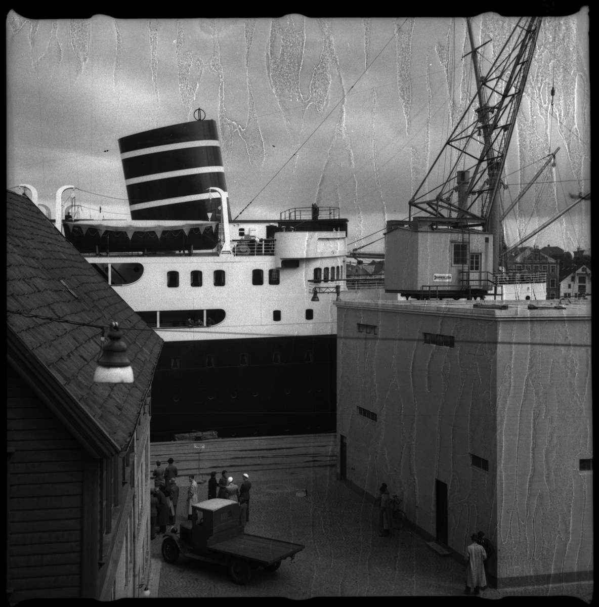 """Passasjerskipet M/S """"Vega"""" (bilde 1 og 2) ved havn på Sølyst utenfor Stavanger. En utmagret ku beiter med St. Johanneskirken i bakgrunnen på bilde 3. De Døves Hus på Storhaug er på bilde nr. 4. DSDs sjøbuss """"Ekspress"""" kjører forbi et nes på bilde nr. 6."""