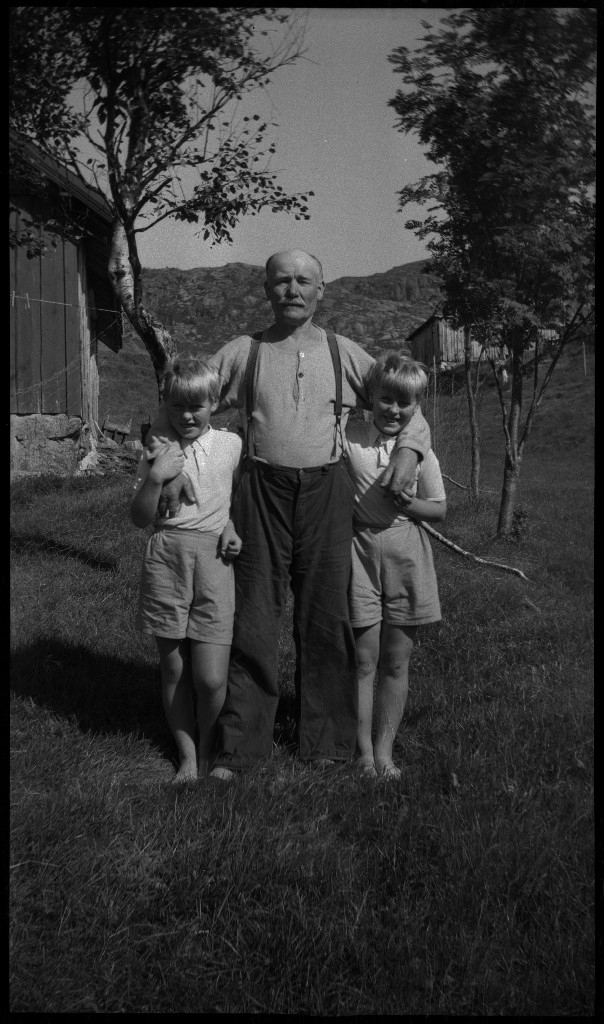 Lindtner ved Trollkjeften i ved Dalen i Strand kommune. Det er også bilder av en familie.