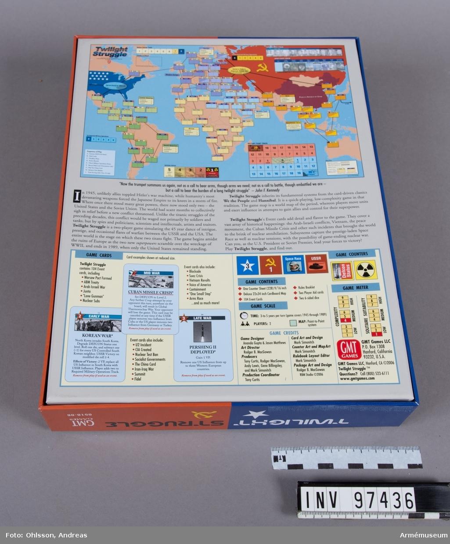 Spelet består av en utvikningsbar spelplan som föreställer en världskarta, två tärningar, två inplastade buntar med spelkort, ett ark med cirka 200 löstagbara spelmarkeringar i rött, blått, beige och gult, samt ett häfte och några lösa blad med spelinstruktioner, diagram och tabeller.