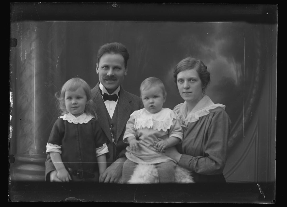Redaktör Carl Mangård med familj.