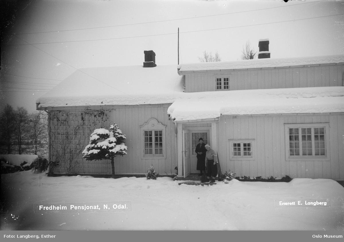 Fredheim pensjonat, gårdsplass, inngangsparti, kvinner, snø