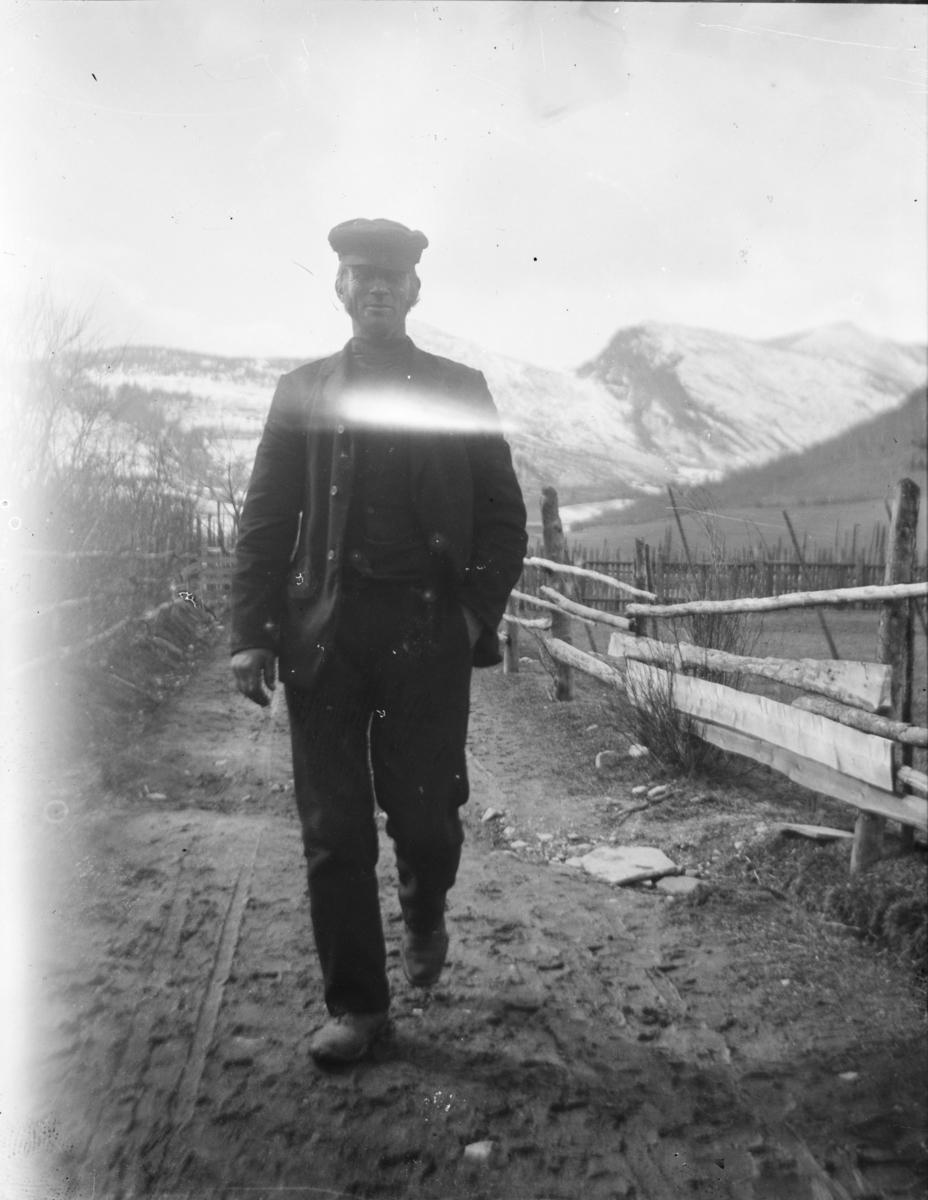 Portrett av mann ute på gardsveg