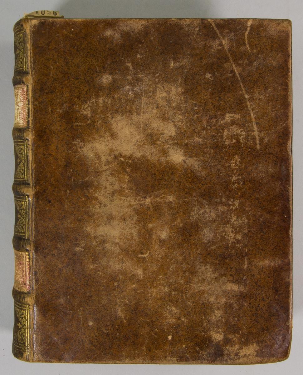 """Bok, helfranskt band, """" M. Christian Scrivers Själeskatts fierde del"""" tryckt i Norrköping 1725. Skinnband med blindpressad och guldornerad rygg i fem upphöjda bind, titelfält med blindpressad titel och ett fält med initialer  E.?.B. Pärmens insida klädd med marmorerat papper. Med rödstänkt snitt."""