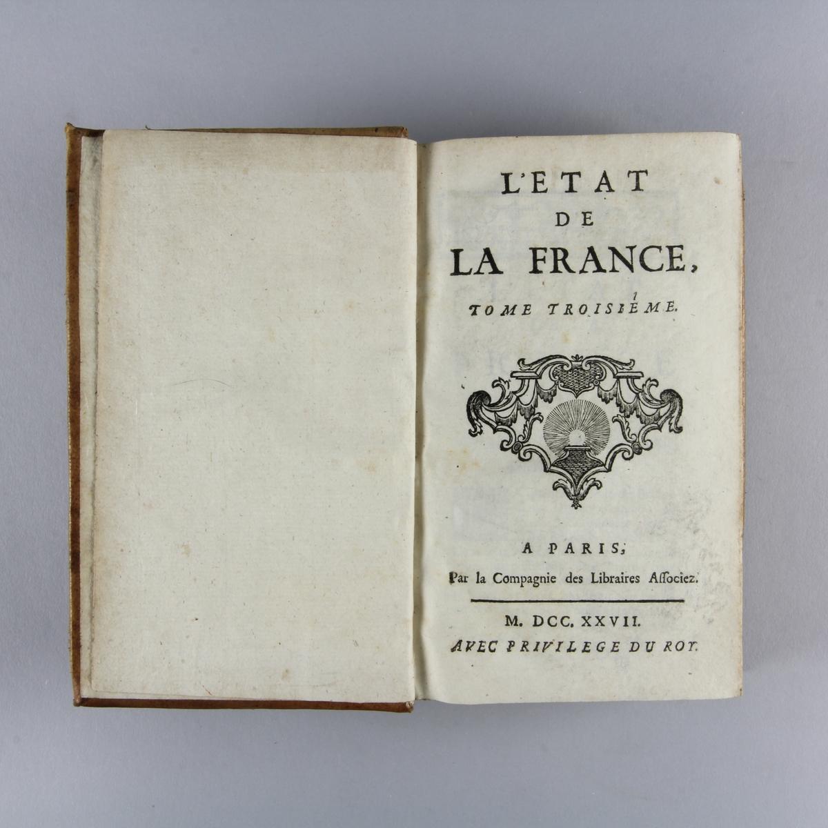 """Bok, helfranskt band """"L´état de la France"""" del 3. Skinnband med rygg i fem upphöjda bind, guldpräglad dekor. Skuret rödstänkt snitt."""
