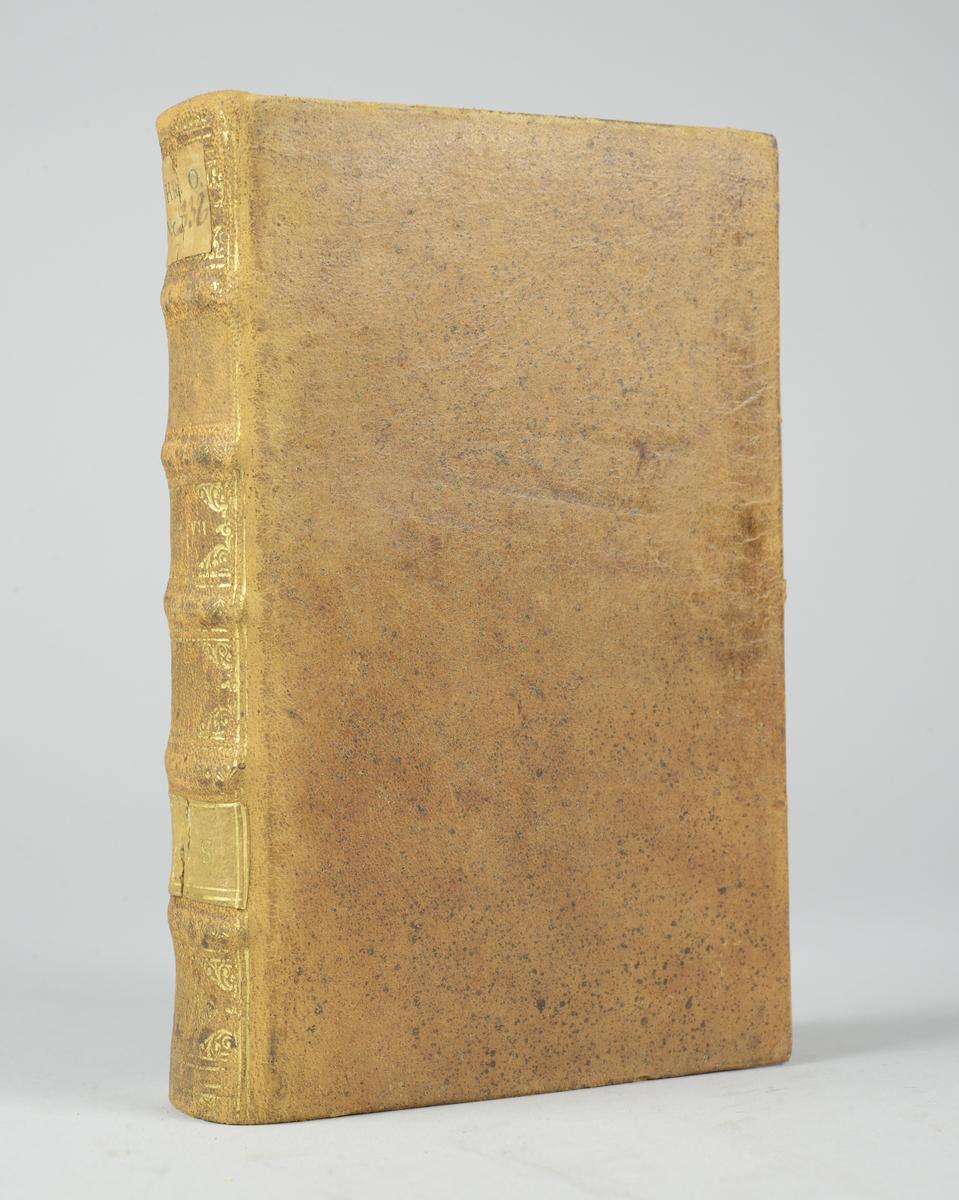 """Bok, helfranskt band """"Histoire du regne de Louis XIV"""", del 7, tryckt 1718. Skinnband med blindpressad och guldornerad rygg i fem upphöjda bind, trasigt titelfält med blindpressad titel, fält med ägarens initialer J.G.S:  samt påklistrad pappersetikett. Med stänkt snitt."""