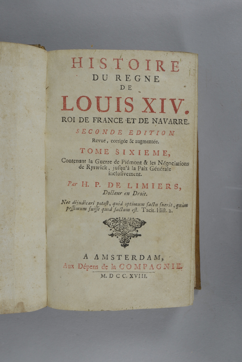 """Bok, helfranskt band """"Histoire du regne de Louis XIV"""", del 6, tryckt 1718. Skinnband med blindpressad och guldornerad rygg i fem upphöjda bind, ryggens fält nötta, fält med ägarens initialer J.G.S:  samt påklistrad pappersetikett. Med stänkt snitt."""