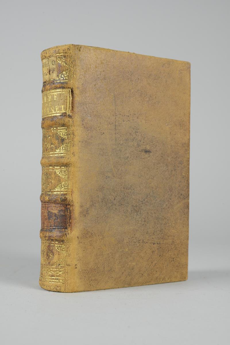 """Bok, helfranskt band """"La clef du cabinet des princes de l´Europe"""", del 1, tryckt 1704. Skinnband med blindpressad och guldornerad rygg i fem upphöjda bind, titelfält med blindpressad titel, samt påklistrad pappersetikett. Med stänkt snitt."""