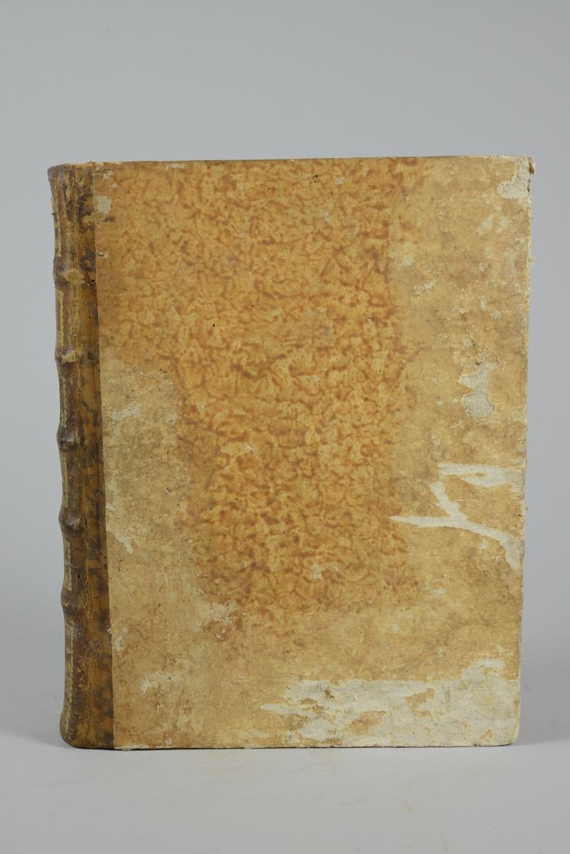 """Bok, """"Encyclopedie ou dictionnaire raisonne des sciences, des arts et des metiers"""" av Diderot och d`Alembert, utgiven 1779. Tredje upplagan, vol. 21. Halvfranskt band med pärmar av papp med påklistrat marmorerat papper, rygg av skinn med fem upphöjda bind med guldpräglad dekor, blindpressad och guldornerad rygg, titelfält med blindpressad titel och ett mörkare fält med volymens nummer. Påklistrad pappersetikett med nummerbeteckning med bläck. Rött snitt. Bokmärke av grönt siden."""