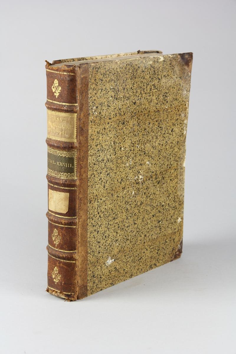 """Bok, halvfranskt band """"Le grand vocabulaire francois"""", del 28, utgiven i Paris 1773. Band med pärmar av papp med påklistrat stänkt papper, hörn och rygg av skinn med fem upphöjda bind med guldpräglad dekor, titelfält med blindpressad titel och ett mörkare fält med volymens nummer. Med stänkt snitt. Påklistrad etikett märkt med bläck."""