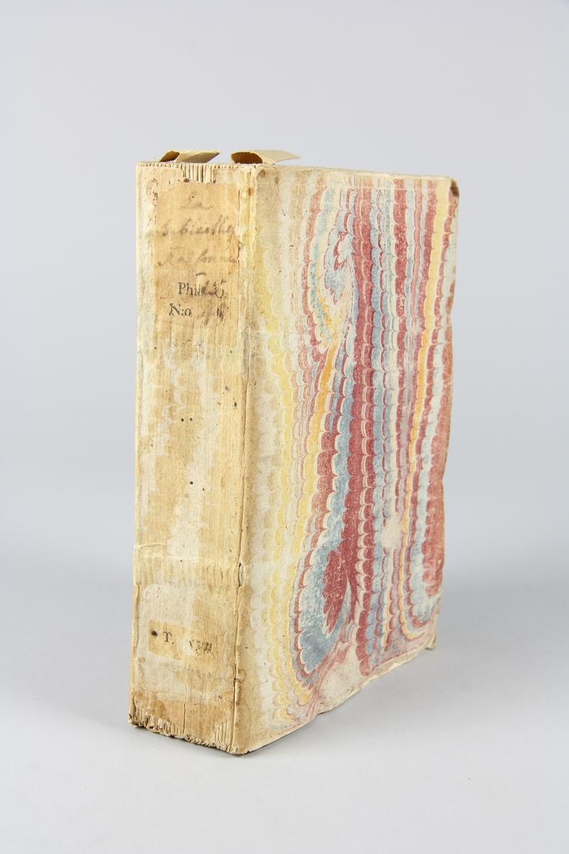 """Bok, pappband, """"Biblioteque raisonée des ouvrages des savans de l´Europe"""",  del 15:1, tryckt 1735 i Amsterdam. Pärmar av marmorerat papper, blekt rygg med påklistrade etiketter med titel och samlingsnummer. Oskuret snitt, ej uppskuren."""