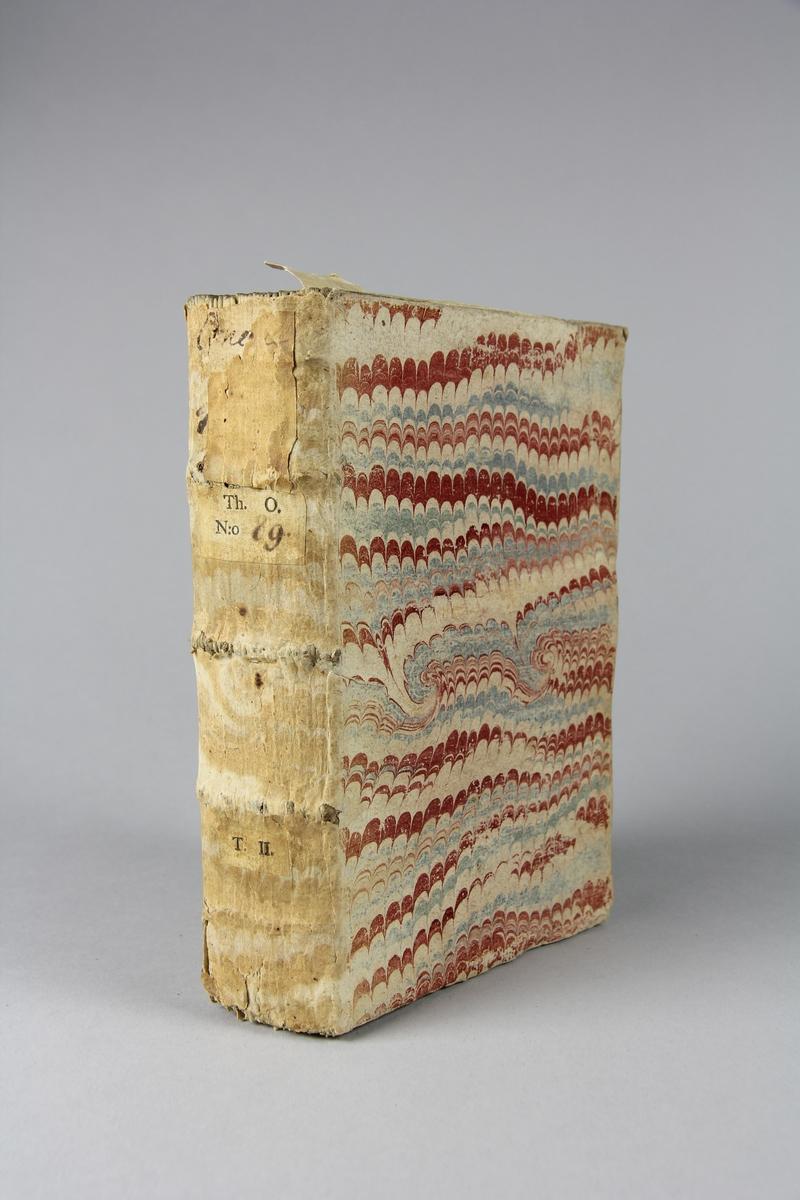 """Bok, pappband, """"Histoire du concile de Trente"""", del 2, tryckt 1721 i Bryssel. Pärmar av marmorerat papper, blekt rygg med påklistrade etiketter med titel och samlingsnummer. Oskuret snitt."""