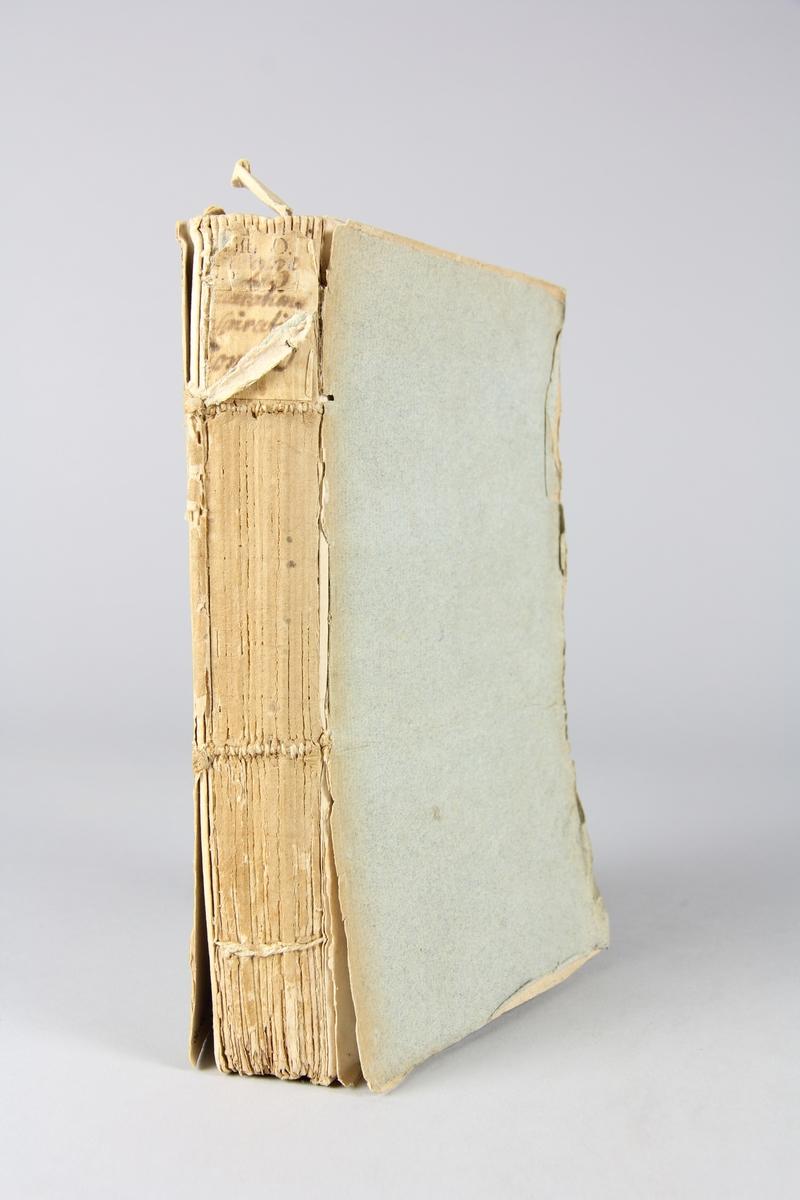 """Bok """"Histoire des conjurations, conspirations et revolutions célèbres"""", del 10, skriven av Desormaux, tryckt i Paris 1760. Pärmar av gråblått papper, oskuret snitt. Blekt rygg med etikett med titel och samlingsnummer."""