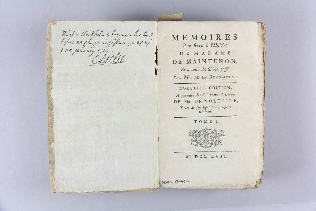 "Bok, pappband, ""Mémoires pour servir à l´histoire de madame de Maintenon"", del 1-2. Pärm av gråblått papper, oskuret snitt. Anteckning om inköp."