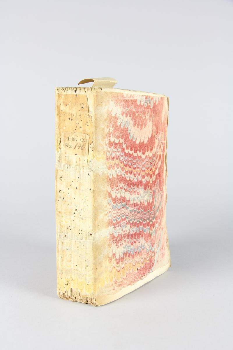 """Bok, häftad, """"Mémoires de monsieur de la Colonie"""", del 1. Pärm av marmorerat papper, oskurna snitt. Blekt rygg. Anteckning om inköp."""