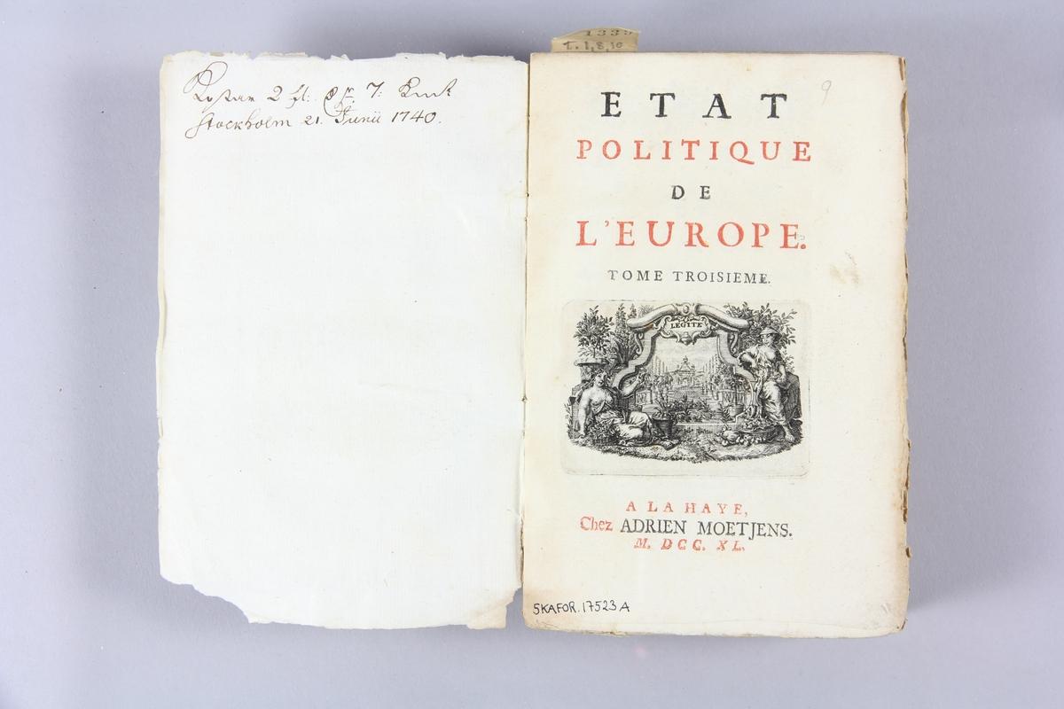 """Bok, pappband, """"État politique de l´Europe"""", del 3. Pärmar av marmorerat papper, blekt rygg med påklistrade etiketter, delvis utplånad text. Oskuret snitt. Anteckning om inköp."""