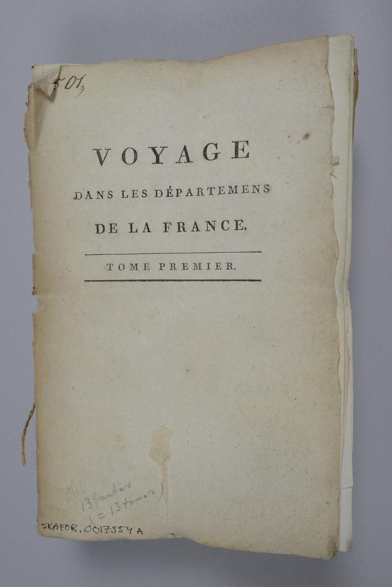 """Bok, häften,""""Voyage dans les départemens de la France"""", bunt med 8 häften med beskrivningar över olika departement i Frankrike, utgivna 1792-1798 i Paris.  Häftena med omslag av brunt papper och tryckt text på omslaget, skurna snitt. Försättsbladen har påskrift med tusch: N:o 1 - 8.  Nötta och skadade. Med färglagda tryckta kartor och kopparstick. I häfte nummer 1 lösa ryggtitlar till volymerna."""