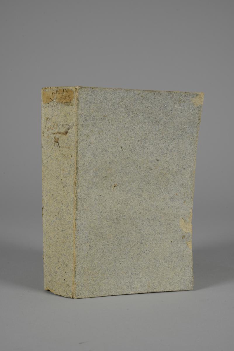 """Bok, pappband, """"Histoire de l´Amerique"""", del 3, skriven av M. Robertson, utgiven 1779 i Amsterdam. Pärmen klädd med grått papper. Med skurna snitt. På ryggen tryckt etikett med nummer samt oläslig påskrift. Med karta över Mexiko."""