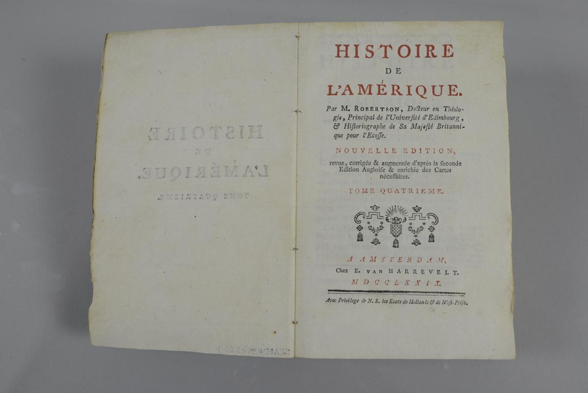 """Bok, pappband, """"Histoire de l´Amerique"""", del 4, skriven av Robertson, utgiven 1779 i Amsterdam. Pärmen klädd med grått papper. Med oskurna snitt. På ryggen tryckt etikett med nummer samt oläslig påskrift. Med karta samt plansch."""