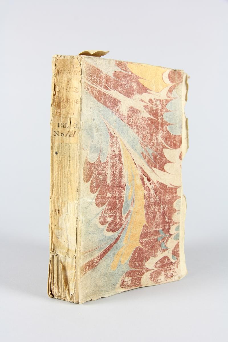"""Bok, häftad, """"Histoire de François Eugene"""", del 1, tryckt 1739 i London. Pärmen av marmorerat papper, oskuret snitt. På ryggen etikett med  titel och samlingsnummer. Anteckning om inköp."""