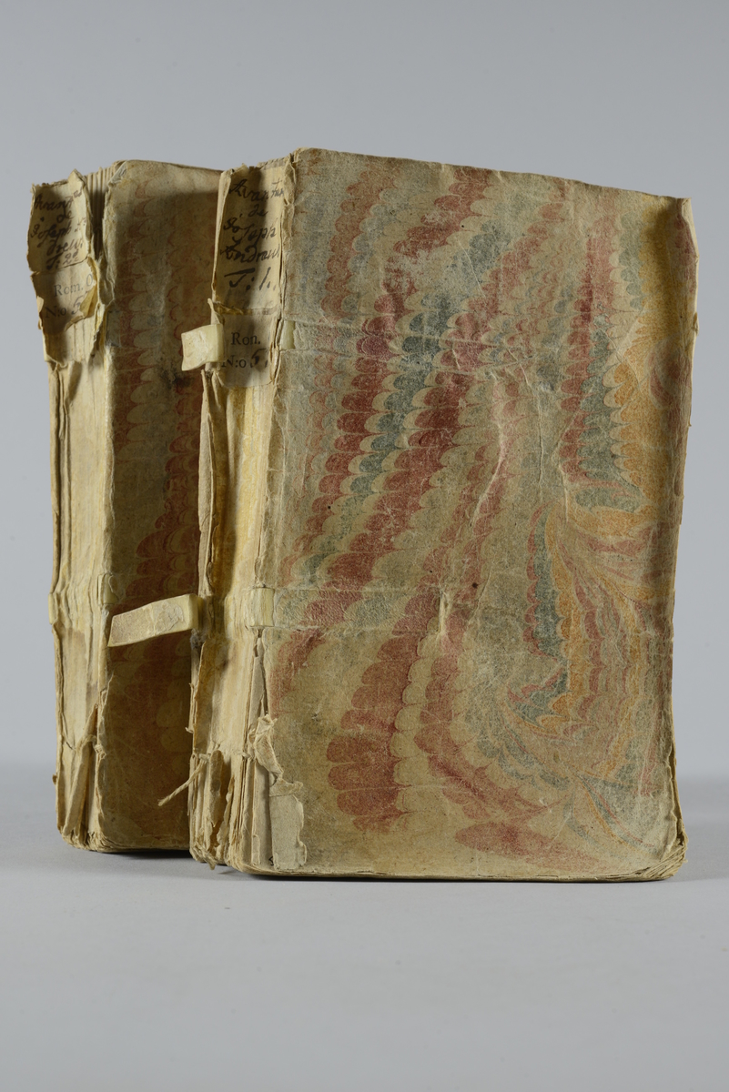 """Bokverk,""""Avantures de Joseph Andrews et de son ami Abraham Adams """", del 1-2 , skrivet av Fielding, tryckt 1744 i Amsterdam."""